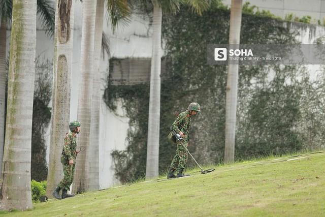 Công binh dò mìn tại các khách sạn lớn ở Hà Nội - Ảnh 3.