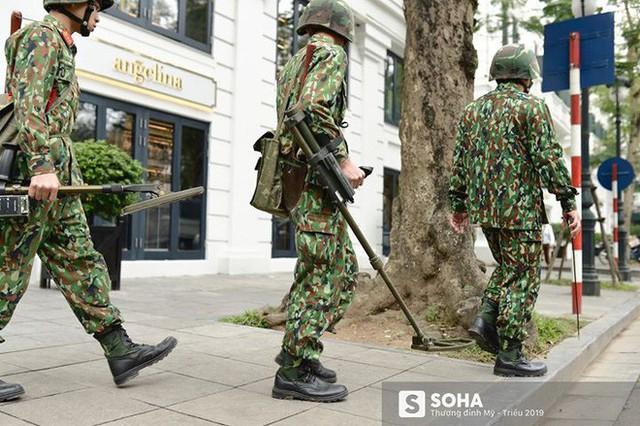 Công binh dò mìn tại các khách sạn lớn ở Hà Nội - Ảnh 8.