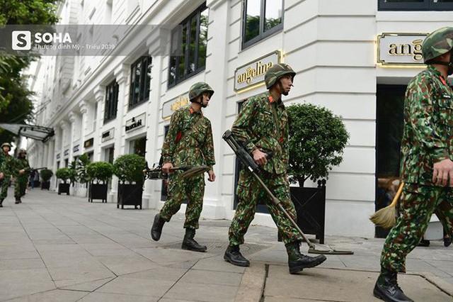 Công binh dò mìn tại các khách sạn lớn ở Hà Nội - Ảnh 9.