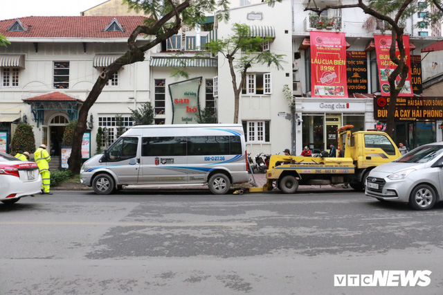 Hàng loạt xe ô tô vi phạm ở Hà Nội bị cẩu trước thềm Hội nghị Mỹ - Triều - Ảnh 1.
