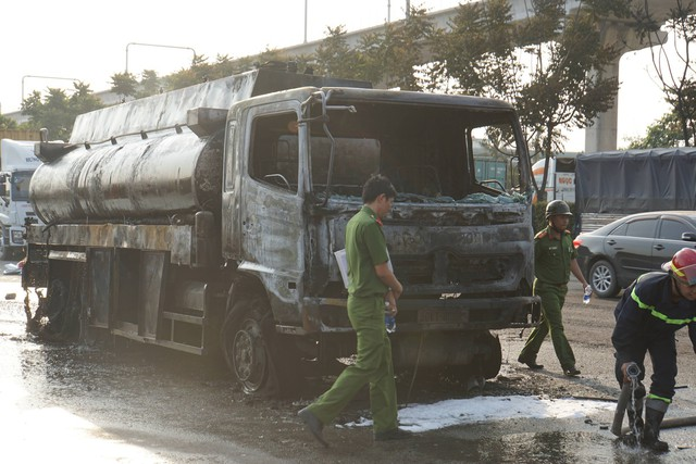 TPHCM: Xe bồn chở xăng dầu cháy ngùn ngụt trên Xa lộ Hà Nội, tài xế hoảng hồn tháo chạy - Ảnh 3.