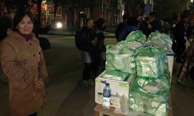 Người dân Đồng Đăng nấu cơm, xôi tặng hàng trăm phóng viên - Ảnh 11.