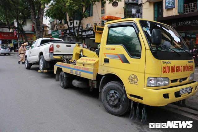Hàng loạt xe ô tô vi phạm ở Hà Nội bị cẩu trước thềm Hội nghị Mỹ - Triều - Ảnh 3.