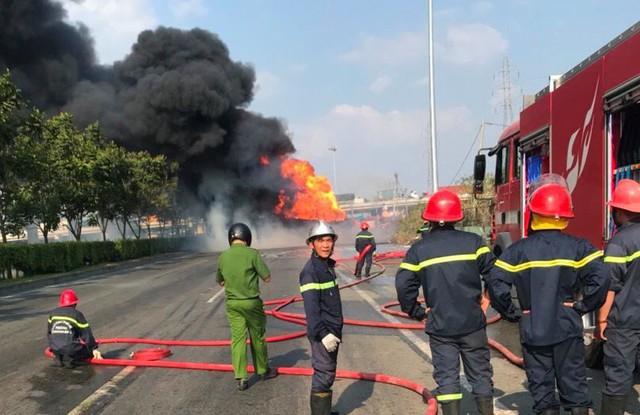 TPHCM: Xe bồn chở xăng dầu cháy ngùn ngụt trên Xa lộ Hà Nội, tài xế hoảng hồn tháo chạy - Ảnh 4.