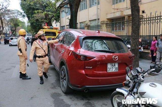 Hàng loạt xe ô tô vi phạm ở Hà Nội bị cẩu trước thềm Hội nghị Mỹ - Triều - Ảnh 4.