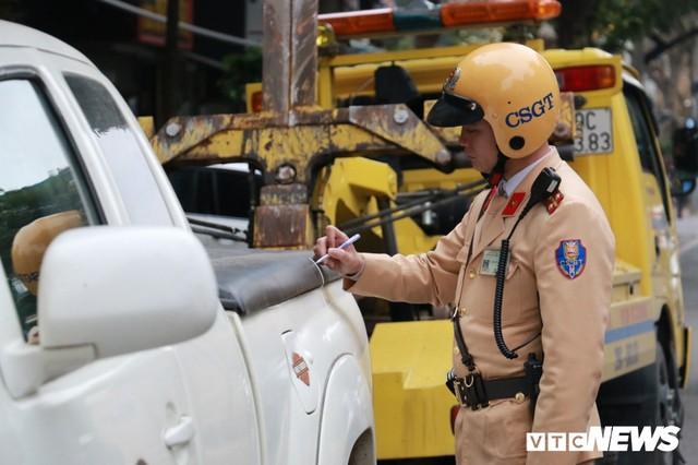 Hàng loạt xe ô tô vi phạm ở Hà Nội bị cẩu trước thềm Hội nghị Mỹ - Triều - Ảnh 5.
