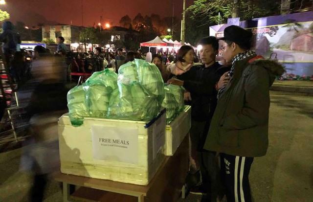 Người dân Đồng Đăng nấu cơm, xôi tặng hàng trăm phóng viên - Ảnh 6.