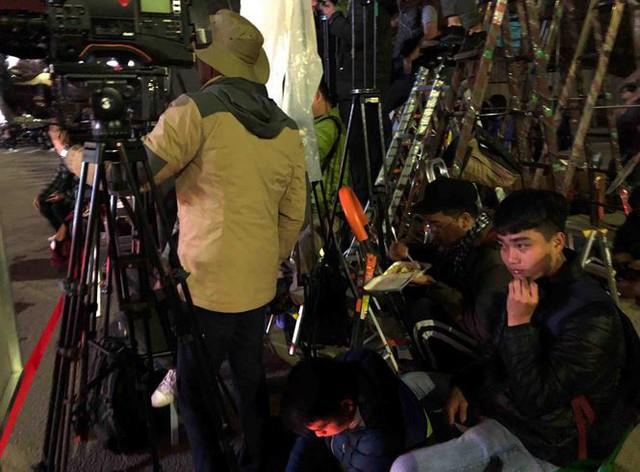 Người dân Đồng Đăng nấu cơm, xôi tặng hàng trăm phóng viên - Ảnh 8.
