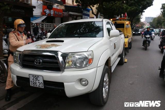 Hàng loạt xe ô tô vi phạm ở Hà Nội bị cẩu trước thềm Hội nghị Mỹ - Triều - Ảnh 8.