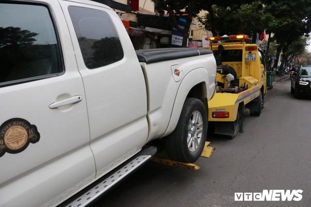 Hàng loạt xe ô tô vi phạm ở Hà Nội bị cẩu trước thềm Hội nghị Mỹ - Triều - Ảnh 9.