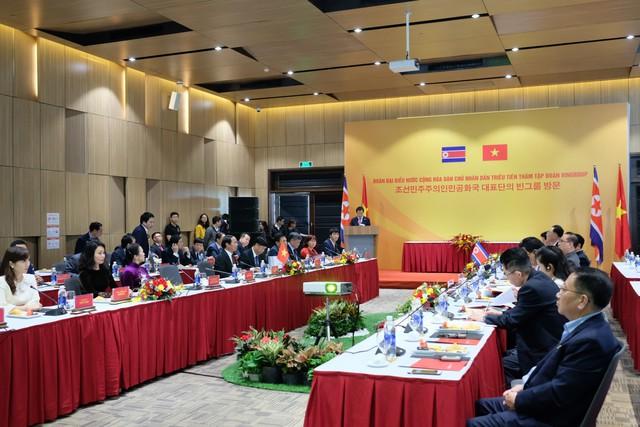 Cận cảnh phái đoàn Triều Tiên đến thăm nhà máy sản xuất VinFast và VinEco - Ảnh 3.