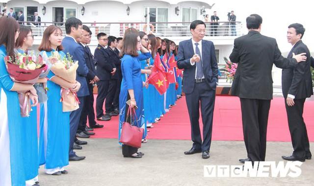 Những hình ảnh mới nhất phái đoàn Triều Tiên lên tàu 5 sao tham quan vịnh Hạ Long - Ảnh 1.