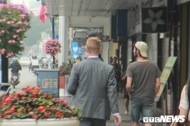 Đặc vụ Mỹ đi bộ cả cây số mua đồ ăn, khen cà phê Hà Nội ngon - Ảnh 2.