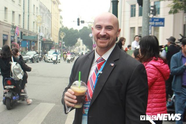 Đặc vụ Mỹ đi bộ cả cây số mua đồ ăn, khen cà phê Hà Nội ngon - Ảnh 3.