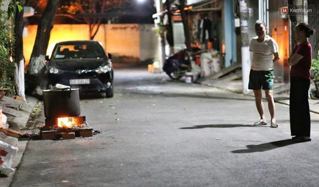 Người Sài Gòn trắng đêm bên bếp lửa hồng nấu bánh chưng, bánh tét đón Tết Kỷ Hợi 2019 - Ảnh 1.