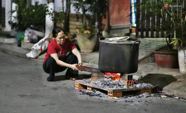 Người Sài Gòn trắng đêm bên bếp lửa hồng nấu bánh chưng, bánh tét đón Tết Kỷ Hợi 2019 - Ảnh 2.