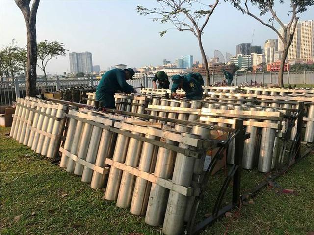 Trận địa 2.700 quả pháo hoa chờ khai hoả đón giao thừa ở Sài Gòn - Ảnh 2.