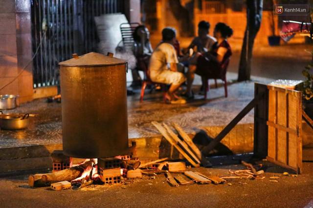 Người Sài Gòn trắng đêm bên bếp lửa hồng nấu bánh chưng, bánh tét đón Tết Kỷ Hợi 2019 - Ảnh 11.