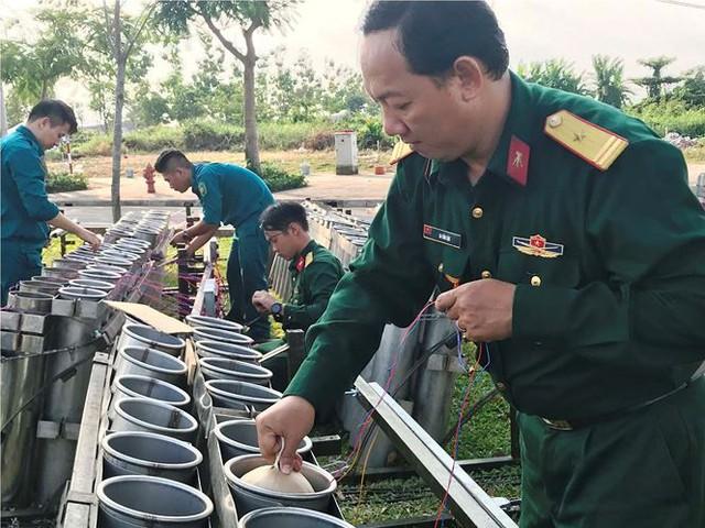 Trận địa 2.700 quả pháo hoa chờ khai hoả đón giao thừa ở Sài Gòn - Ảnh 11.