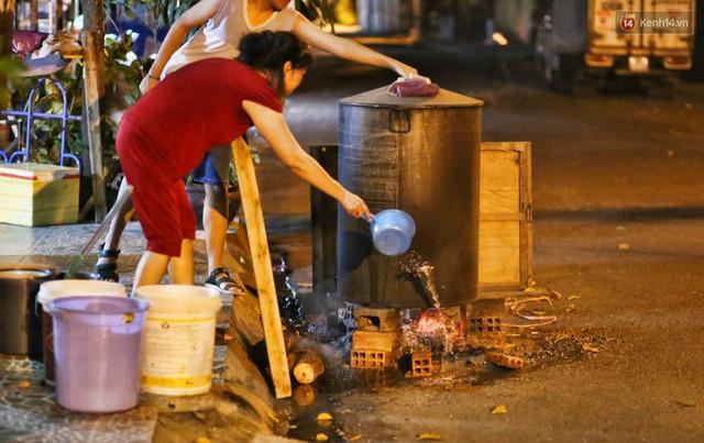 Người Sài Gòn trắng đêm bên bếp lửa hồng nấu bánh chưng, bánh tét đón Tết Kỷ Hợi 2019 - Ảnh 13.