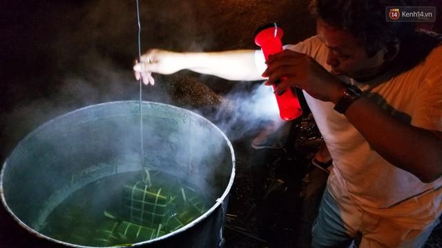 Người Sài Gòn trắng đêm bên bếp lửa hồng nấu bánh chưng, bánh tét đón Tết Kỷ Hợi 2019 - Ảnh 14.