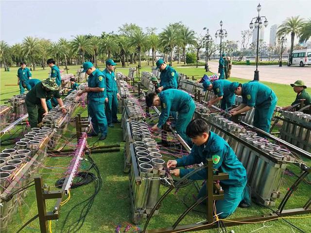 Trận địa 2.700 quả pháo hoa chờ khai hoả đón giao thừa ở Sài Gòn - Ảnh 14.