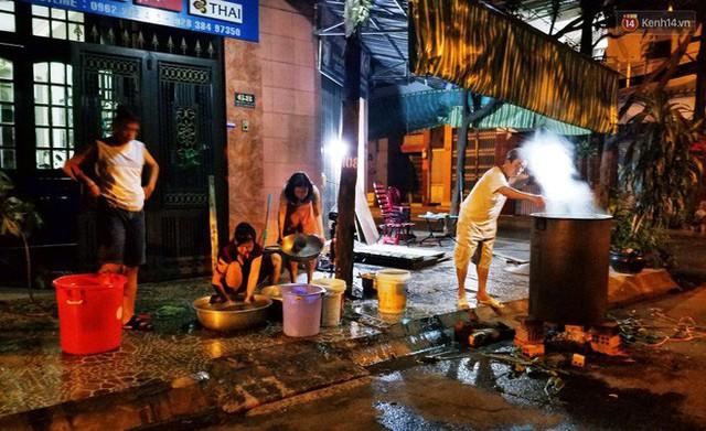 Người Sài Gòn trắng đêm bên bếp lửa hồng nấu bánh chưng, bánh tét đón Tết Kỷ Hợi 2019 - Ảnh 15.