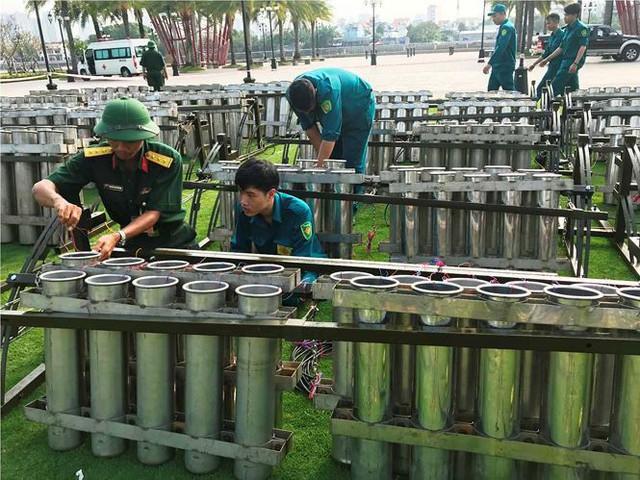 Trận địa 2.700 quả pháo hoa chờ khai hoả đón giao thừa ở Sài Gòn - Ảnh 15.