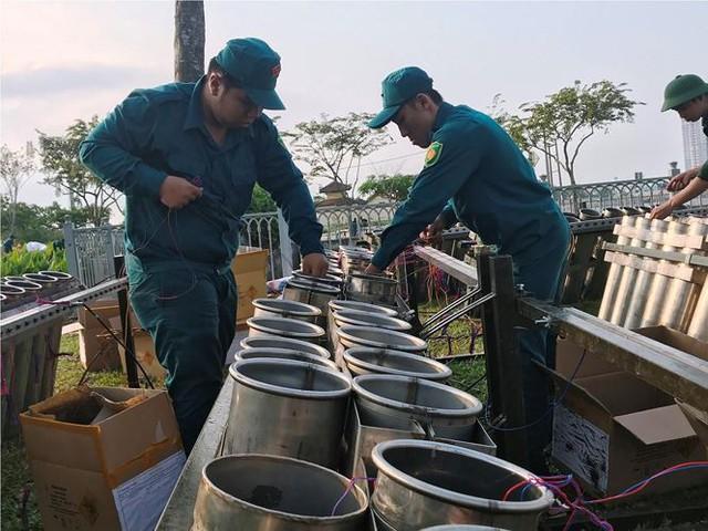 Trận địa 2.700 quả pháo hoa chờ khai hoả đón giao thừa ở Sài Gòn - Ảnh 3.