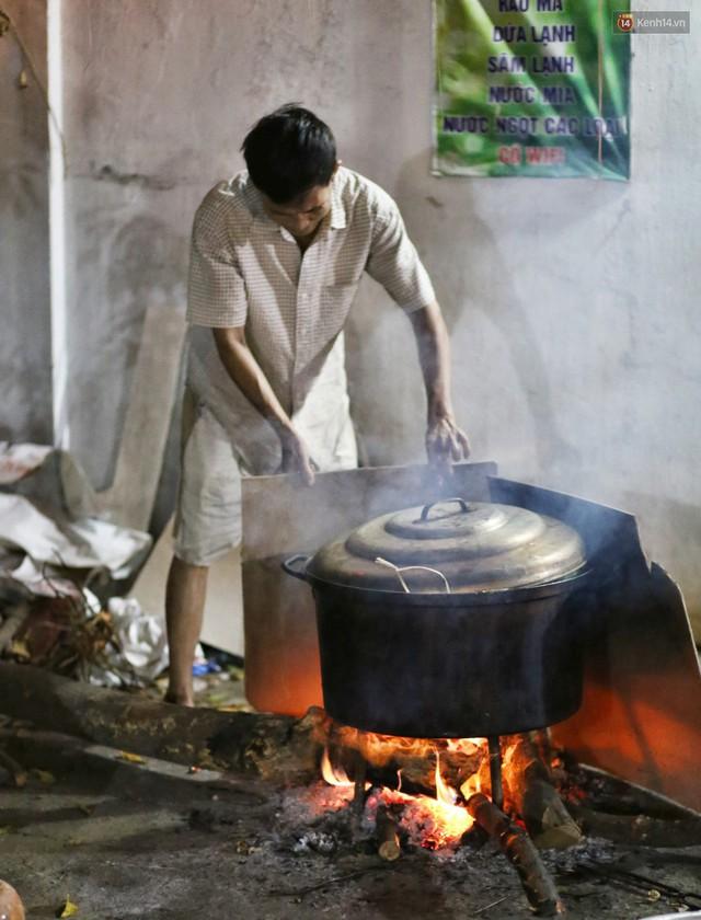 Người Sài Gòn trắng đêm bên bếp lửa hồng nấu bánh chưng, bánh tét đón Tết Kỷ Hợi 2019 - Ảnh 22.