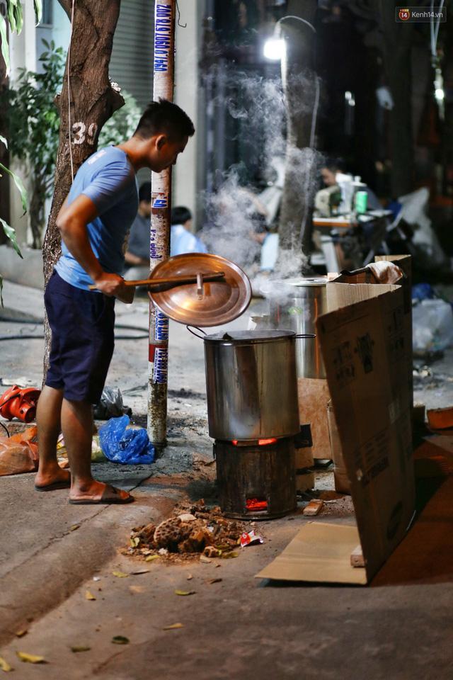 Người Sài Gòn trắng đêm bên bếp lửa hồng nấu bánh chưng, bánh tét đón Tết Kỷ Hợi 2019 - Ảnh 23.