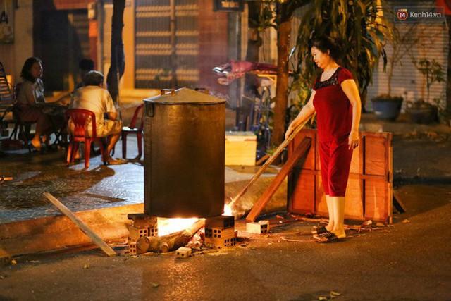 Người Sài Gòn trắng đêm bên bếp lửa hồng nấu bánh chưng, bánh tét đón Tết Kỷ Hợi 2019 - Ảnh 4.