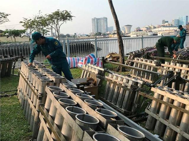 Trận địa 2.700 quả pháo hoa chờ khai hoả đón giao thừa ở Sài Gòn - Ảnh 4.