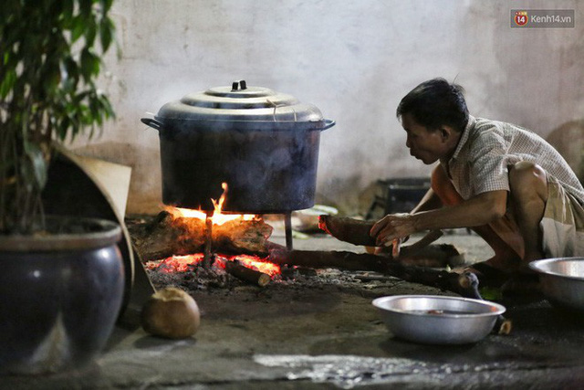 Người Sài Gòn trắng đêm bên bếp lửa hồng nấu bánh chưng, bánh tét đón Tết Kỷ Hợi 2019 - Ảnh 5.