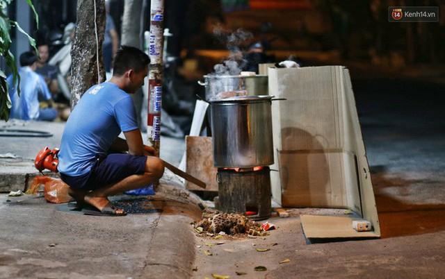 Người Sài Gòn trắng đêm bên bếp lửa hồng nấu bánh chưng, bánh tét đón Tết Kỷ Hợi 2019 - Ảnh 6.
