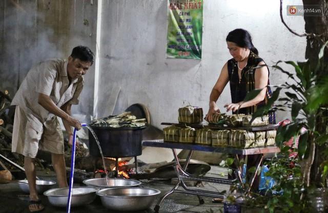 Người Sài Gòn trắng đêm bên bếp lửa hồng nấu bánh chưng, bánh tét đón Tết Kỷ Hợi 2019 - Ảnh 9.