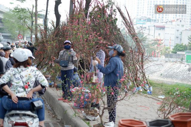 """Nỗi niềm của những người chở Tết đi khắp phố phường: """"Mong bán hết chỗ đào để kịp về ăn bữa cơm tất niên, năm nào cũng về muộn buồn lắm"""" - Ảnh 9."""