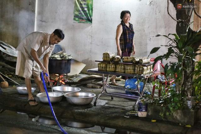 Người Sài Gòn trắng đêm bên bếp lửa hồng nấu bánh chưng, bánh tét đón Tết Kỷ Hợi 2019 - Ảnh 10.
