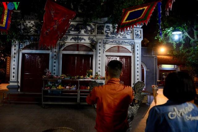 Người dân rộn ràng đến lễ phủ Tây Hồ, Hà Nội trong đêm giao thừa - Ảnh 1.