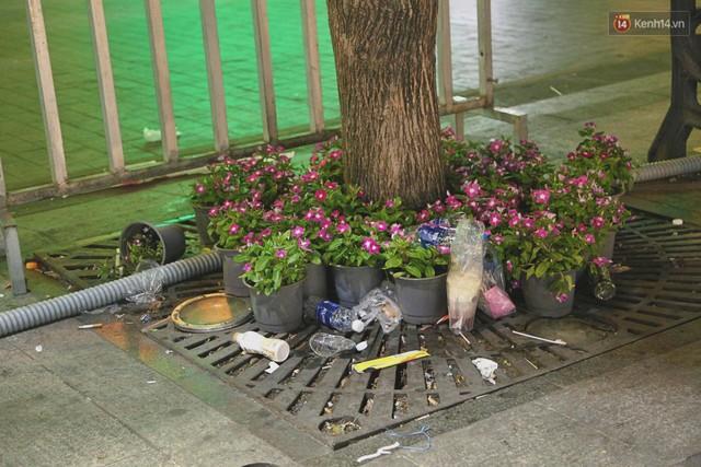 Sài Gòn ngập rác đêm giao thừa: Đằng sau niềm vui năm mới là đêm trắng của công nhân vệ sinh - Ảnh 3.