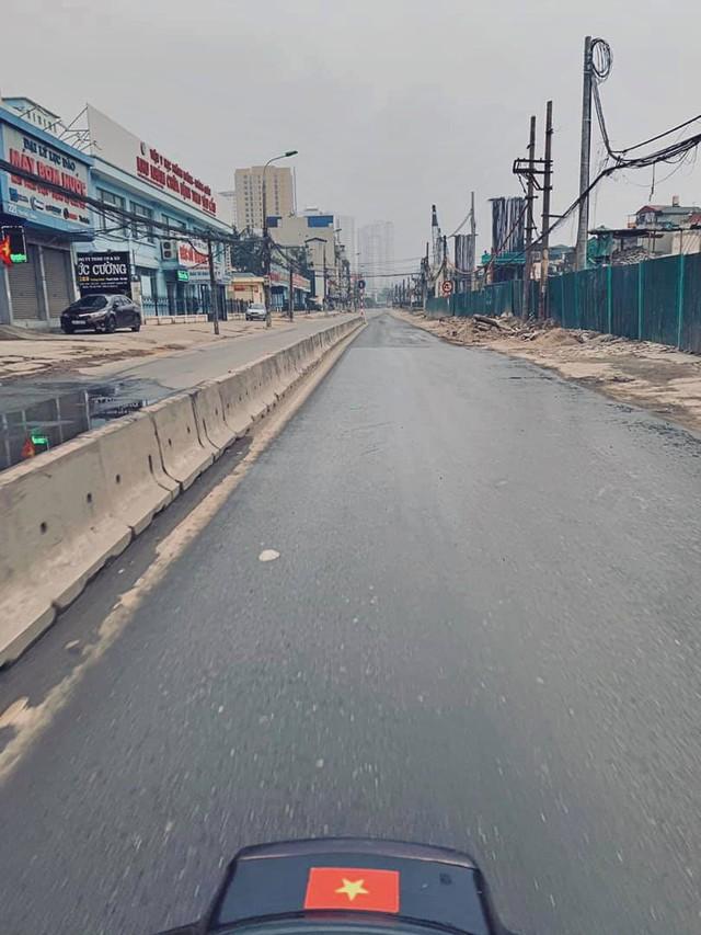 Hình ảnh so sánh trước và sau cho thấy đường phố Hà Nội khác biệt đến lạ thường khi bước sang ngày đầu năm mới - Ảnh 3.