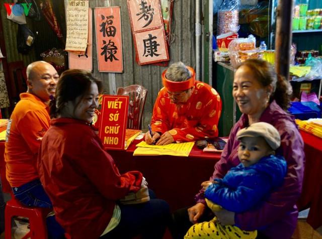 Người dân rộn ràng đến lễ phủ Tây Hồ, Hà Nội trong đêm giao thừa - Ảnh 4.