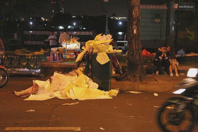 Sài Gòn ngập rác đêm giao thừa: Đằng sau niềm vui năm mới là đêm trắng của công nhân vệ sinh - Ảnh 4.