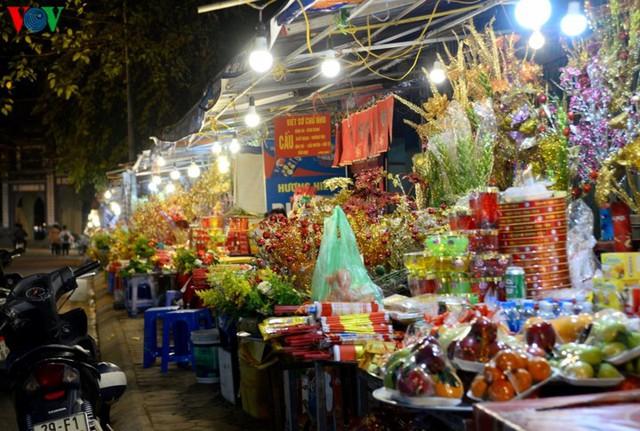 Người dân rộn ràng đến lễ phủ Tây Hồ, Hà Nội trong đêm giao thừa - Ảnh 5.