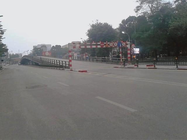 Hình ảnh so sánh trước và sau cho thấy đường phố Hà Nội khác biệt đến lạ thường khi bước sang ngày đầu năm mới - Ảnh 7.