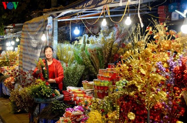 Người dân rộn ràng đến lễ phủ Tây Hồ, Hà Nội trong đêm giao thừa - Ảnh 8.
