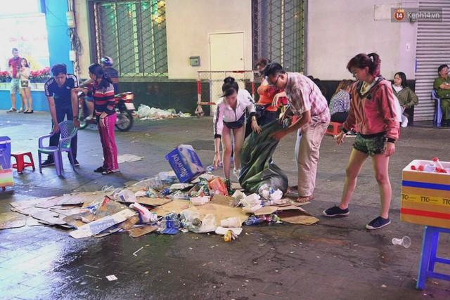 Sài Gòn ngập rác đêm giao thừa: Đằng sau niềm vui năm mới là đêm trắng của công nhân vệ sinh - Ảnh 8.