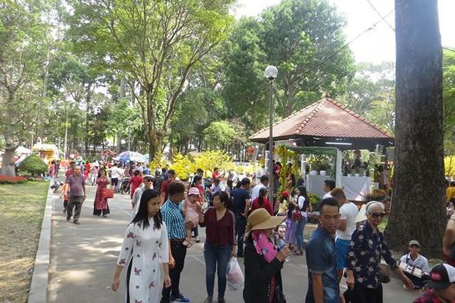 Đi chơi tết, dân Sài Gòn thích thú ngắm kỳ hoa dị thảo - Ảnh 2.