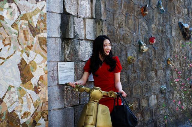 Nắng đẹp, người Hà Nội rủ nhau xuống phố du xuân, xúng xính áo dài chụp ảnh đầu năm mới - Ảnh 13.