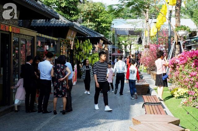 Nắng đẹp, người Hà Nội rủ nhau xuống phố du xuân, xúng xính áo dài chụp ảnh đầu năm mới - Ảnh 8.